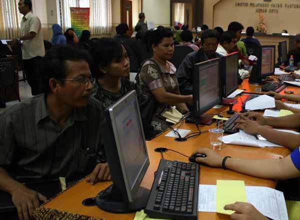 Sejumlah warga menyetor Surat Pemberitahuan Pajak Tahunan (SPT) PPh di kantor pajak KPP Pratama Medan Kota, di Medan, Sumut, belum lama ini. PotretBisnis/Andi Rambe